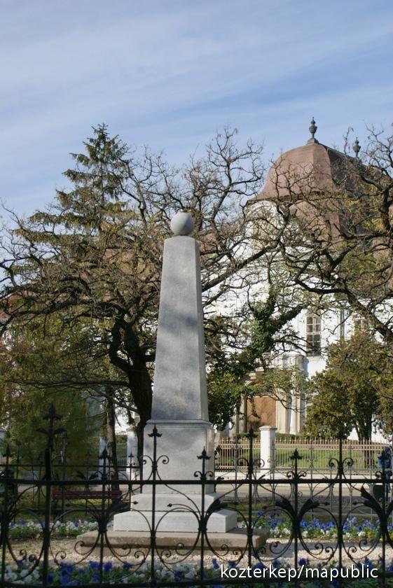 Elköltözött a hatvani fekete szobor: szökőkút lesz a helyén