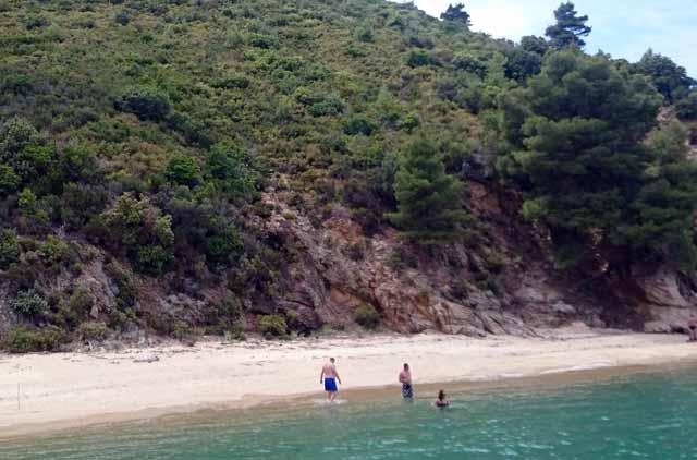 pufók srácok a tengerparton